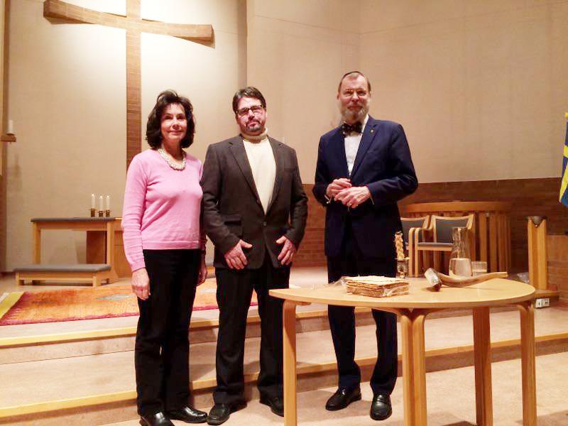 Till vänster Britt-Marie och Nils-Bertil Svensson tillsammans med föredragshållaren rabbin Peter Borenstein.